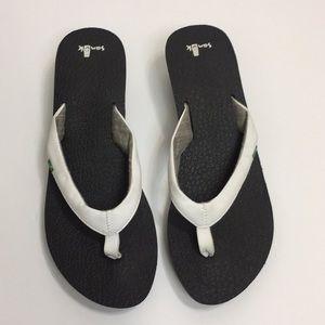 Sanuk white flip flop sandals. Size 10